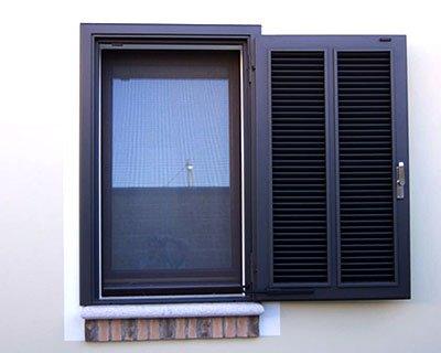 Posa persiane antiscasso in un appartamento in provincia di Milano