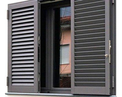 Installazione persiane blindate di sicurezza in una casa a Milano