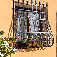 Grata di sicurezza installata su una finestra al piano terra di una palazzina